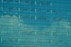 Αντανακλάσεις του ουρανού και των σύννεφων στην πλευρά ενός κτηρίου γυαλιού Στοκ φωτογραφίες με δικαίωμα ελεύθερης χρήσης