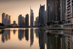 Αντανακλάσεις των πύργων λιμνών Jumeirah στο σούρουπο, Ντουμπάι, ενωμένος Άραβας Στοκ Εικόνες