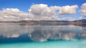 Αντανακλάσεις των σύννεφων και του βουνού στη λίμνη Salda στην Τουρκία Στοκ Εικόνες