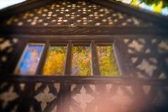 Αντανακλάσεις φθινοπώρου στα παλαιά παράθυρα σπιτιών Στοκ φωτογραφία με δικαίωμα ελεύθερης χρήσης