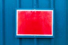 Αντανακλαστικός κόκκινος πίνακας ανακοινώσεων που τοποθετείται στο υπόβαθρο μετάλλων στοκ φωτογραφίες