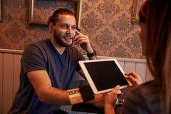 Αντανακλαστικός νεαρός άνδρας που πληρώνει στο φραγμό στοκ φωτογραφία με δικαίωμα ελεύθερης χρήσης