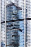 Αντανακλαστικός υαλώδης τοίχος σε ένα κτήριο στοκ εικόνες