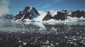 Ανταρκτική άποψη κηφήνων επιφάνειας νερού καναλιών Lemaire απόθεμα βίντεο