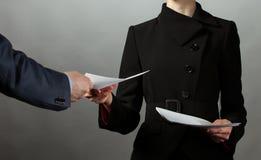 Ανταλλαγή επιχειρηματιών και επιχειρηματιών των εγγράφων στοκ φωτογραφίες