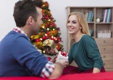 Ανταλλαγή του δώρου Χριστουγέννων Στοκ εικόνα με δικαίωμα ελεύθερης χρήσης