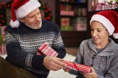 Ανταλλαγή των δώρων με τον μπαμπά στοκ φωτογραφίες με δικαίωμα ελεύθερης χρήσης