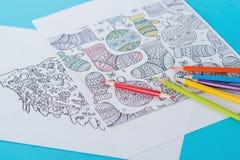 Αντιαγχωτικό χρωματίζοντας βιβλίο για τους ενηλίκους και τα μολύβια χρώματος στο θέμα Χριστουγέννων Στοκ φωτογραφία με δικαίωμα ελεύθερης χρήσης