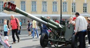 Αντιαεροπορικό πυροβόλο όπλο στην έκθεση του στρατιωτικού εξοπλισμού απόθεμα βίντεο