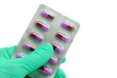 Αντιβιοτική κάψα φαρμάκων επιτροπής εκμετάλλευσης χεριών Στοκ Φωτογραφία