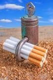Αντικαπνιστικό υπόβαθρο με τα σπασμένα τσιγάρα και ένα λουκέτο Στοκ εικόνα με δικαίωμα ελεύθερης χρήσης