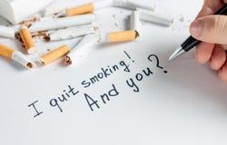 Αντικαπνιστικό υπόβαθρο με τα σπασμένα τσιγάρα καπνίζοντας στάση Στοκ Φωτογραφία