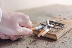 Αντικαπνιστικό υπόβαθρο με τα σπασμένα τσιγάρα σε μια παγίδα τρισδιάστατο αντι εγκαταλειμμένο εικόνα κάπνισμα Στοκ Φωτογραφίες
