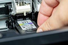 Αντικατάσταση κασετών μελανιού σε έναν εκτυπωτή Inkjet στοκ φωτογραφία με δικαίωμα ελεύθερης χρήσης