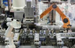 Αντικατάσταση ρομπότ βιομηχανική του μελλοντικών βραχίονα και του ατόμου ρομπότ τεχνολογίας πραγμάτων που χρησιμοποιούν τον ελεγκ στοκ φωτογραφίες με δικαίωμα ελεύθερης χρήσης