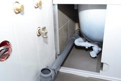 Αντικατάσταση των εξαρτημάτων υδραυλικών στοκ εικόνα