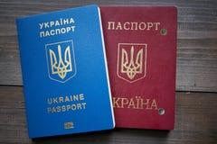 Αντικατάσταση των ουκρανικών κόκκινων και μπλε εγγράφων διαβατηρίων Στοκ εικόνα με δικαίωμα ελεύθερης χρήσης