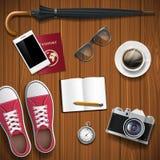 Αντικείμενα για το ταξίδι σε ένα ξύλινο υπόβαθρο Ύφος Hipster απόθεμα Στοκ Εικόνες