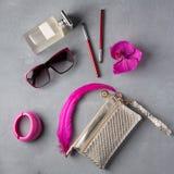Αντικείμενα γυναικών μόδας προϊόντων πρώτης ανάγκης στο συγκεκριμένο υπόβαθρο Στοκ φωτογραφίες με δικαίωμα ελεύθερης χρήσης