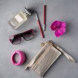 Αντικείμενα γυναικών μόδας προϊόντων πρώτης ανάγκης στο συγκεκριμένο υπόβαθρο Στοκ Φωτογραφίες