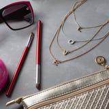 Αντικείμενα γυναικών μόδας προϊόντων πρώτης ανάγκης στο συγκεκριμένο υπόβαθρο Στοκ Εικόνες