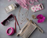 Αντικείμενα γυναικών μόδας προϊόντων πρώτης ανάγκης στο συγκεκριμένο υπόβαθρο Στοκ φωτογραφία με δικαίωμα ελεύθερης χρήσης