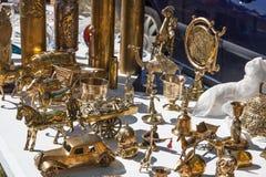 Αντικείμενα ορείχαλκου από δεύτερο χέρι για τη συλλογή στην πώληση γκαράζ Στοκ φωτογραφία με δικαίωμα ελεύθερης χρήσης