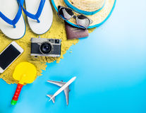 Αντικείμενα παιχνιδιών ταξιδιού θερινών παραλιών στο μπλε διάστημα αντιγράφων στοκ φωτογραφία με δικαίωμα ελεύθερης χρήσης