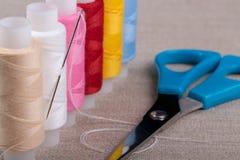 αντικείμενα που ράβουν το νήμα στροφίων στοκ εικόνες