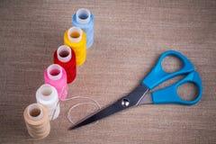 αντικείμενα που ράβουν το νήμα στροφίων στοκ εικόνα με δικαίωμα ελεύθερης χρήσης