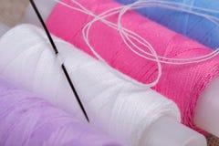 αντικείμενα που ράβουν το νήμα στροφίων στοκ φωτογραφία με δικαίωμα ελεύθερης χρήσης