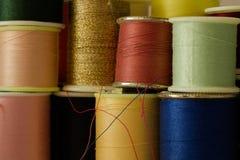 αντικείμενα που ράβουν το νήμα στροφίων Στοκ εικόνες με δικαίωμα ελεύθερης χρήσης