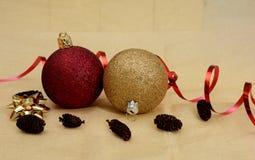 Αντικείμενα, σφαίρες και κορδέλλα Χριστουγέννων στο χρυσό υπόβαθρο Στοκ Εικόνες