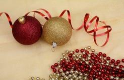 Αντικείμενα, σφαίρες και κορδέλλα Χριστουγέννων στο χρυσό υπόβαθρο Στοκ φωτογραφία με δικαίωμα ελεύθερης χρήσης