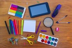 Αντικείμενα χαρτικών Προμήθειες γραφείων και σχολείων στον πίνακα Στοκ Εικόνα