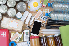 Αντικείμενα χρήσιμα σε καταστάσεις έκτακτης ανάγκης όπως οι φυσικές καταστροφές στοκ φωτογραφία με δικαίωμα ελεύθερης χρήσης