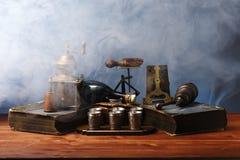 Αντικείμενα Antiquarian σε έναν ξύλινο πίνακα Στοκ Εικόνες