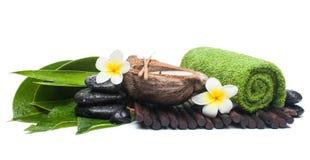 Αντικείμενα SPA με το τροπικά λουλούδι και το κερί στοκ εικόνες