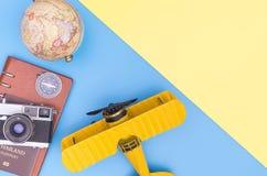 Αντικείμενο εξοπλισμού ταξιδιού στο μπλε κίτρινο ρόδινο διάστημα αντιγράφων στοκ φωτογραφία