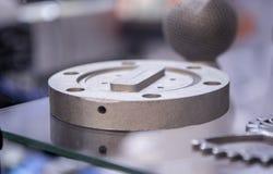 Αντικείμενο που τυπώνεται από τη σκόνη μετάλλων στον τρισδιάστατο εκτυπωτή μετάλλων στοκ φωτογραφία