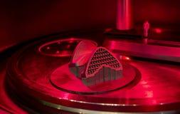 Αντικείμενο που τυπώνεται από τη σκόνη μετάλλων στον τρισδιάστατο εκτυπωτή μετάλλων, λειτουργώντας αίθουσα στοκ εικόνα