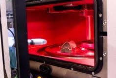 Αντικείμενο που τυπώνεται από τη σκόνη μετάλλων στον τρισδιάστατο εκτυπωτή μετάλλων, λειτουργώντας αίθουσα στοκ εικόνες με δικαίωμα ελεύθερης χρήσης