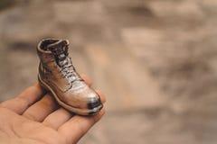 Αντικείμενο υπό μορφή μπότας που τυπώνεται σε έναν τρισδιάστατο εκτυπωτή και που καλύπτεται με το σμάλτο στοκ φωτογραφίες