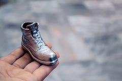 Αντικείμενο υπό μορφή μπότας που τυπώνεται σε έναν τρισδιάστατο εκτυπωτή και που καλύπτεται με το σμάλτο στοκ εικόνα