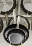Αντικολλητικά τηγανίζοντας τηγάνια στοκ εικόνες με δικαίωμα ελεύθερης χρήσης