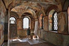 Αντιμετωπίζοντας όμορφες νωπογραφίες - εσωτερικό της εκκλησίας αναζοωγόνησης Στοκ Φωτογραφίες