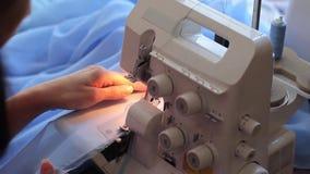 Αντιμετωπισμένος γυναίκα ιστός που χρησιμοποιεί overlock Κόβει την άκρη υφάσματος hands s women Γρήγορα ράψτε την κινηματογράφηση απόθεμα βίντεο