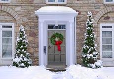 Αντιμετωπισμένο ο Stone σπίτι με το στεφάνι στη μπροστινή πόρτα στοκ εικόνες