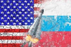 Αντιπαράθεση μεταξύ των ΗΠΑ και της Ρωσίας Απειλή της πυρηνικής απεργίας Οι σημαίες δύο χωρών χρωμάτισαν στο συμπαγή τοίχο Στοκ φωτογραφία με δικαίωμα ελεύθερης χρήσης