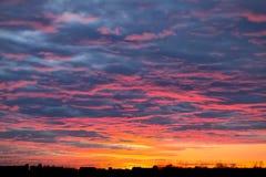 Αντιπαραβάλτε τις κόκκινες σκιαγραφίες ηλιοβασιλέματος αίματος ουρανού πόλεων φυσικού φαινομένου σύννεφων κτηρίων του μαύρου Στοκ Εικόνες
